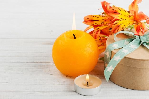 Arranjo de flores de lírio laranja e vela, caixa de presente