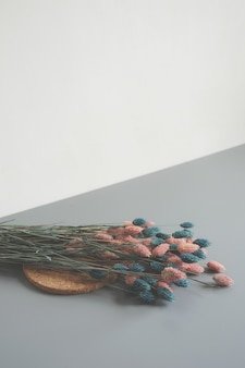 Arranjo de flores de pétalas rosa e azul