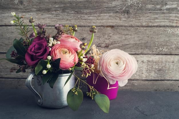 Arranjo de flores de rosas e ranúnculo