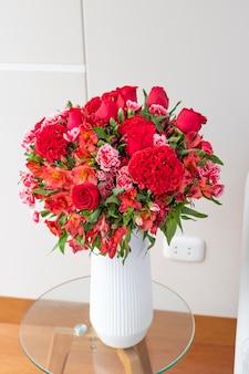 Arranjo de flores de rosas vermelhas em uma bela sala de estar