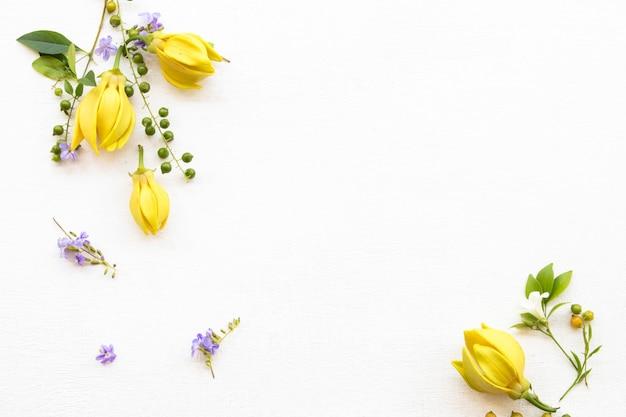 Arranjo de flores de ylang em estilo de cartão postal