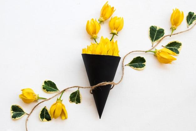 Arranjo de flores de ylang-ylang em cone