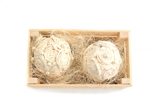 Arranjo de flores decorativas em uma caixa de madeira