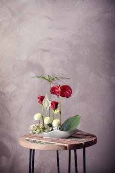 Arranjo de flores em uma superfície colorida