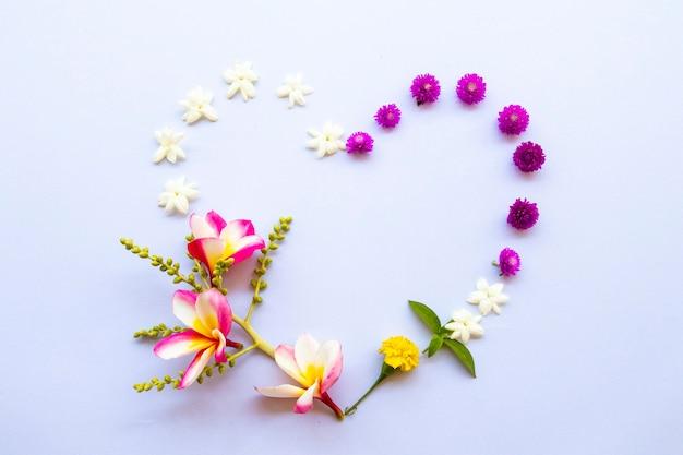 Arranjo de flores estilo cartão postal de coração