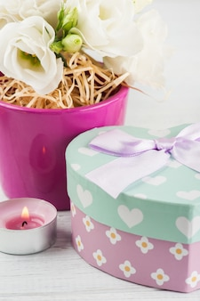 Arranjo de flores eustoma em vaso, caixa de presente pastel
