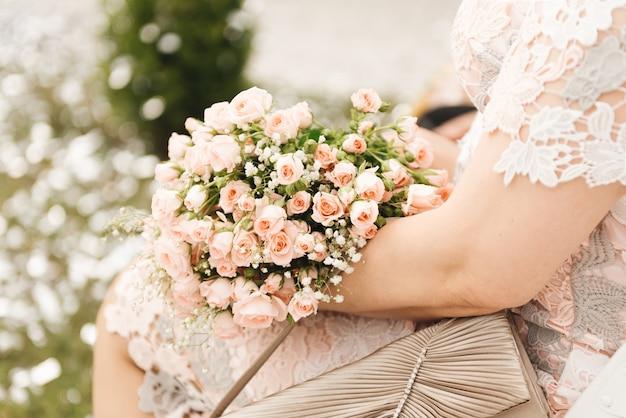 Arranjo de flores para um presente nas mãos de uma mulher