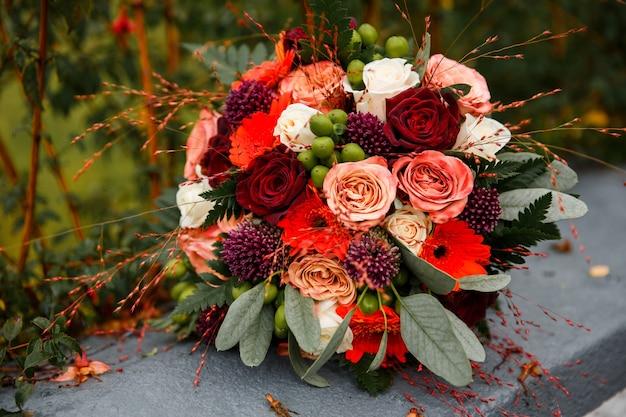 Arranjo de flores rosa-branco-vermelho-verde.