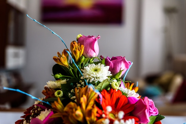 Arranjo de flores sobre uma mesa.