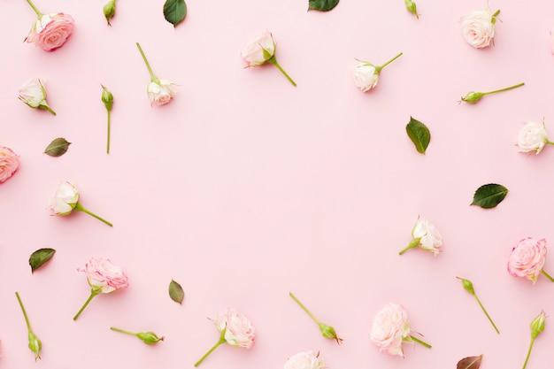 Arranjo de folhas e flores vista superior com espaço de cópia