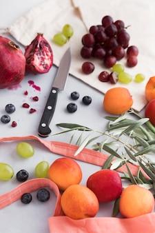 Arranjo de folhas e frutas com faca
