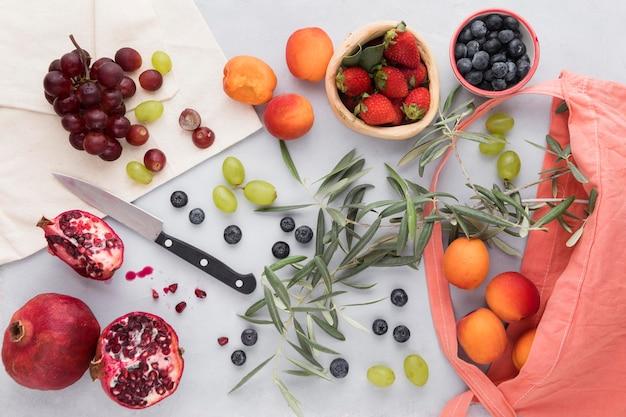 Arranjo de folhas e frutas