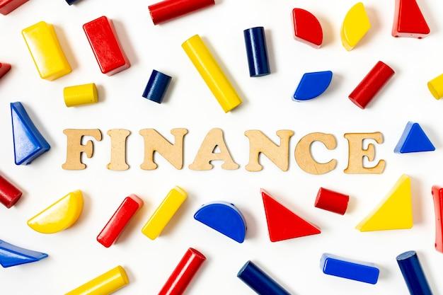 Arranjo de formas geométricas coloridas e texto financeiro