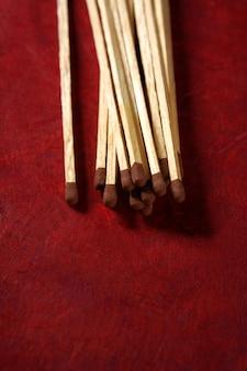 Arranjo de fósforos de madeira clara