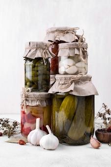 Arranjo de frascos com legumes colhidos