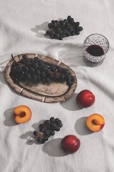 Arranjo de frutas deliciosas de alto ângulo