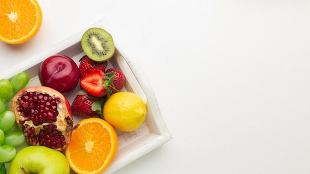 Arranjo de frutas frescas acima da vista