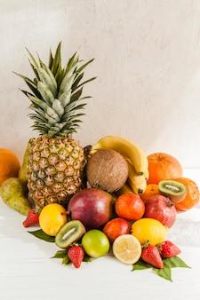 Arranjo de frutas saborosas de alto ângulo