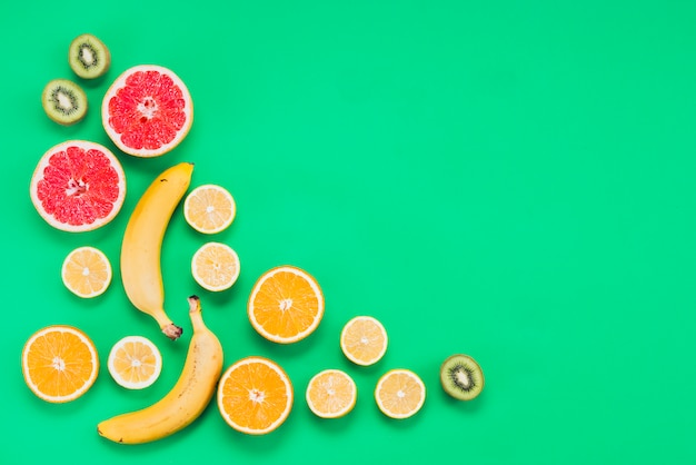 Arranjo de frutas saborosas exóticas fatiadas