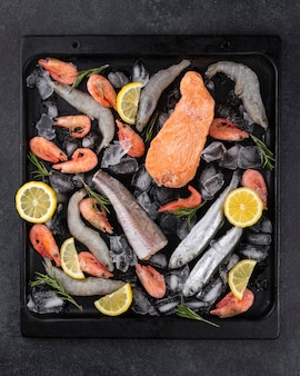 Arranjo de frutos do mar congelados na mesa