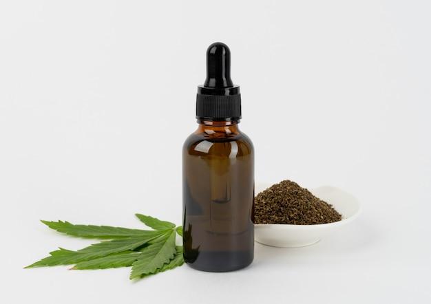Arranjo de garrafa de óleo de cannabis