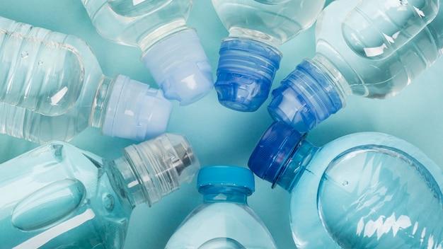 Arranjo de garrafas cheias com vista superior da água