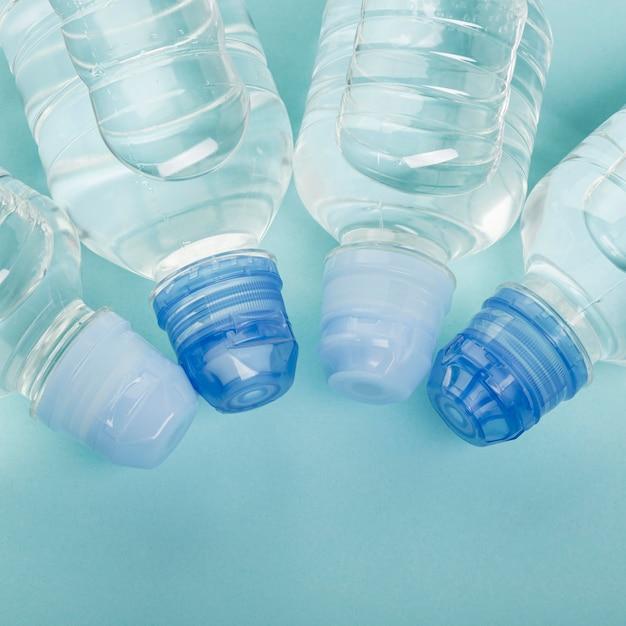 Arranjo de garrafas cheias de água plana