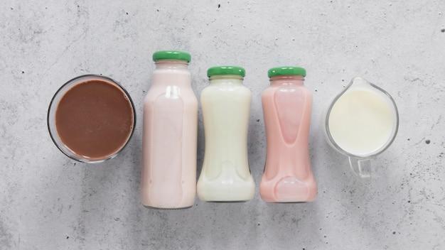 Arranjo de garrafas de leite de vista superior