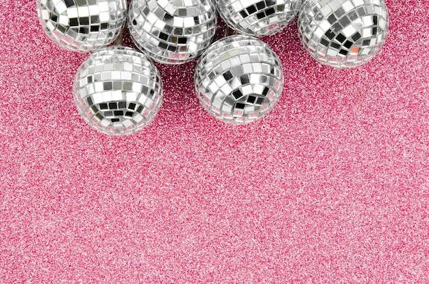 Arranjo de globos de discoteca com espaço de cópia