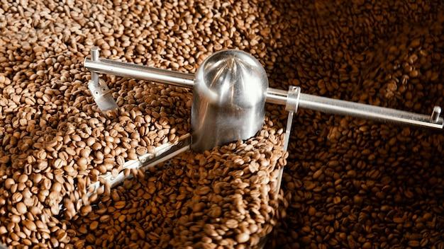 Arranjo de grãos de café com máquina
