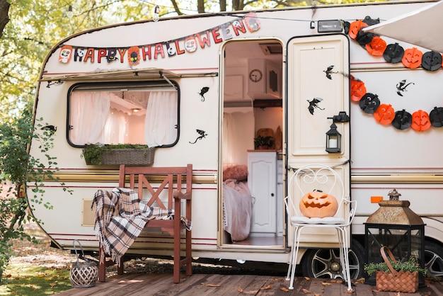 Arranjo de halloween ao ar livre com caravana