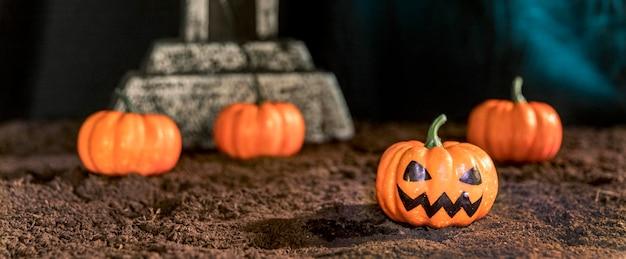 Arranjo de halloween com abóboras