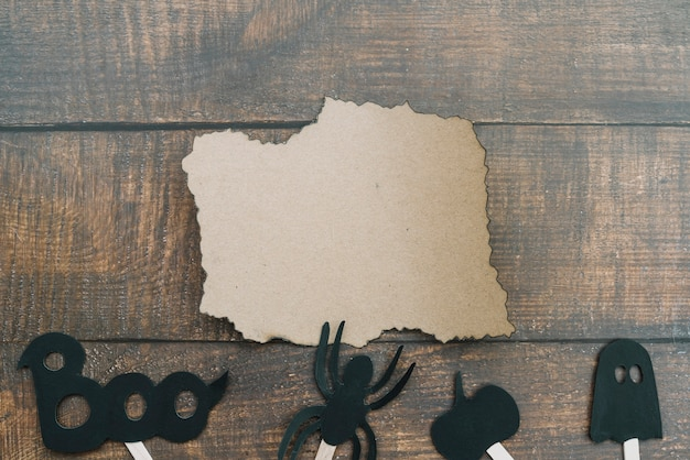 Arranjo de halloween com papel queimado e aranha
