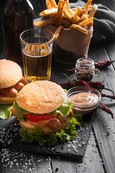 Arranjo de hambúrguer delicioso de alto ângulo na chapa preta