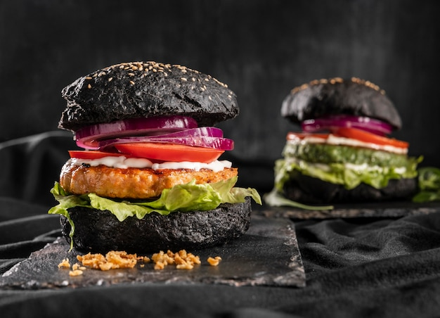 Arranjo de hambúrguer delicioso de vista frontal