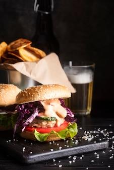 Arranjo de hambúrguer delicioso olhando na chapa preta