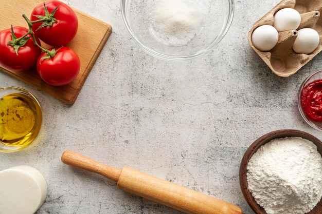 Arranjo de ingredientes de pizza com espaço de cópia