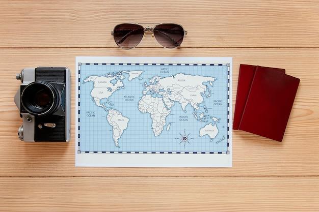 Arranjo de itens de viagem planos