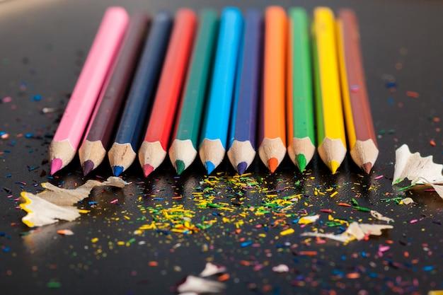 Arranjo de lápis coloridos close-up