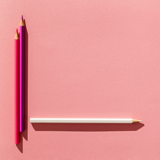 Arranjo de lápis coloridos de vista superior