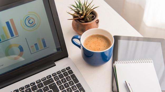 Arranjo de laptop e café de alto ângulo