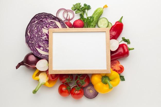 Arranjo de legumes com moldura
