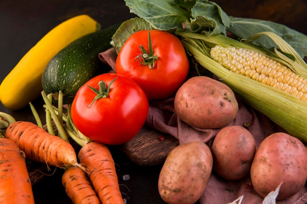 Arranjo de legumes em close-up de fundo escuro