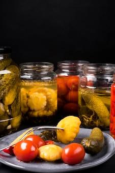 Arranjo de legumes em conserva deliciosa