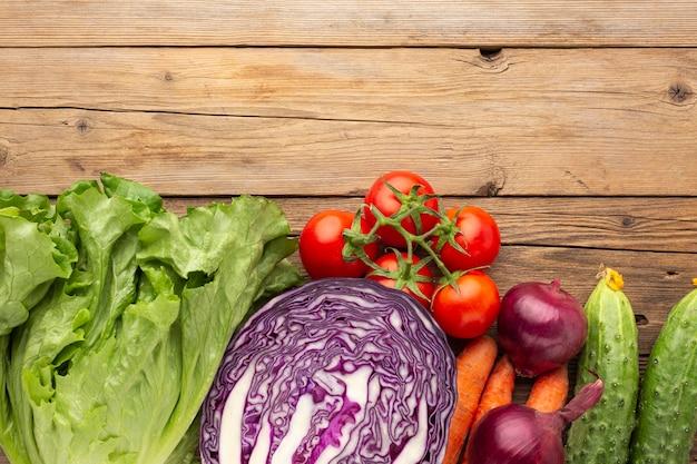 Arranjo de legumes na mesa de madeira