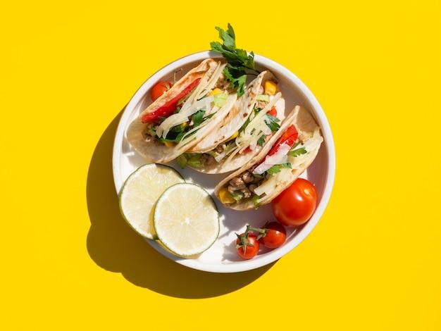 Arranjo de leigos plana com comida deliciosa no prato