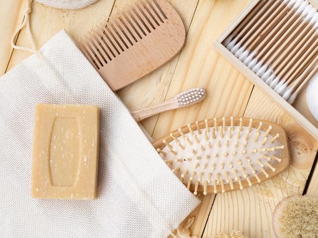 Arranjo de leigos plano com produtos de cuidado na mesa de madeira