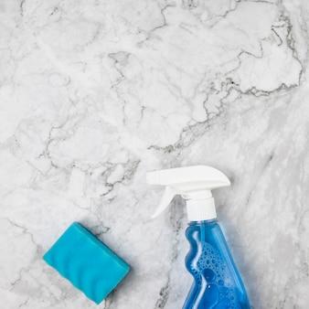 Arranjo de leito plano com itens de limpeza