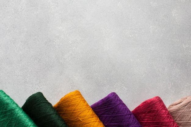 Arranjo de linhas de costura multicoloridas