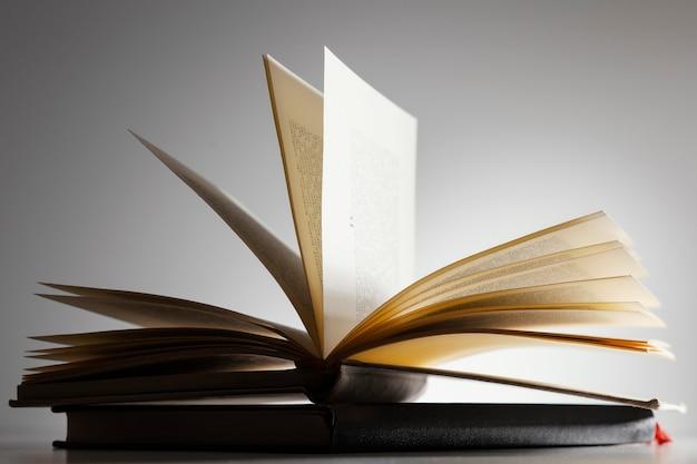 Arranjo de livro aberto